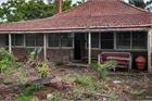Căn nhà cũ nát ẩn sau bụi cây bất ngờ được bán giá 'khủng' 56 tỷ đồng