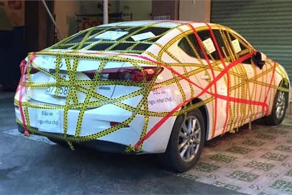 Đỗ chắn cửa, Mazda3 bị dán băng kín xe: Ý thức kém hay chủ nhà hẹp hòi?