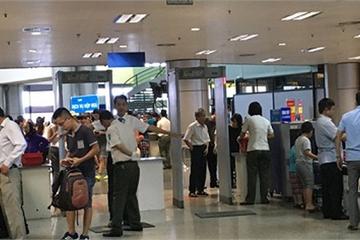 Hai hành khách bị cấm bay 1 năm vì dùng giấy tờ giả