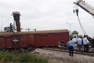 Tàu hỏa trật bánh, 2 toa tàu bị văng ra ngoài đường ray, gần 500 khách đi ô tô về Hà Nội