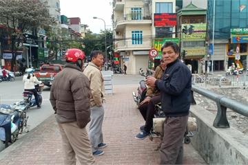 Hà Nội: Cửu vạn 'ngóng khách' trong giá rét 8-10 độ C
