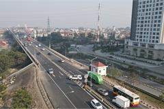 Thót tim với cảnh xe ô tô quay đầu trên làn tốc độ cao ở cầu Thăng Long