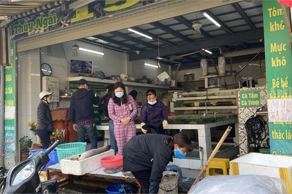 Đi chợ đầu năm: Hải sản tăng giá vùn vụt, hoa tươi rẻ hơn trước Tết