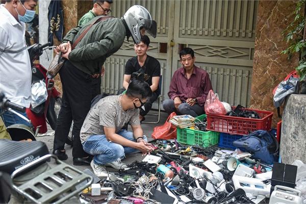 Khu chợ có cái tên 'độc, lạ' bán đủ loại 'thượng vàng, hạ cám' ở Hà Nội