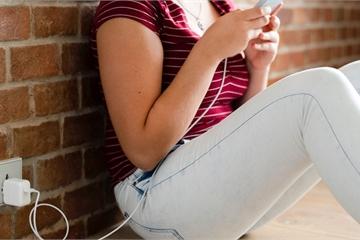 Sử dụng smartphone đang cắm sạc trong lúc tắm, cô gái bị điện giật tử vong