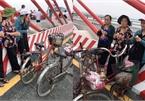 3 cụ bà 'phượt' 60km bằng xe đạp để ngắm cây cầu dài nhất Bắc Trung Bộ