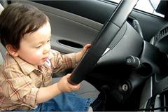 Có trẻ ngồi trên ô tô, phụ huynh cần lưu ý gì để đảm bảo an toàn?