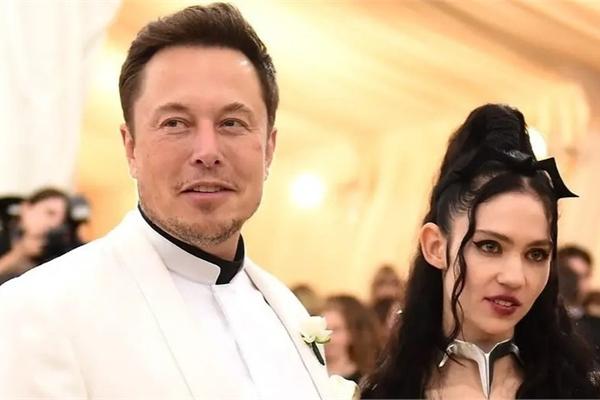 """Elon Musk bị bạn gái gọi là """"trẻ trâu"""" trên mạng xã hội"""