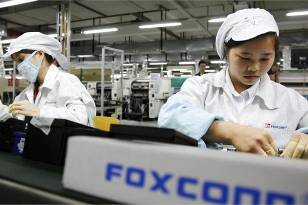 """Foxconn tăng lương thưởng để """"dụ dỗ"""" nhân viên trước mùa sản xuất iPhone 13"""