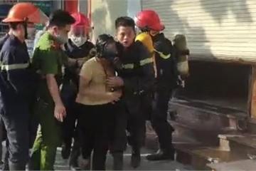 Cảnh sát phá cửa cuốn cứu sống 4 người trong tòa nhà ngân hàng bị cháy