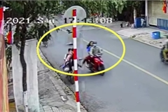 Người đi xe máy đạp ngã hai học sinh đi xe điện gây phẫn nộ