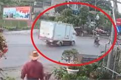 Sang đường bất cẩn, người đi xe máy suýt phải trả giá bằng mạng sống