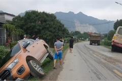 Bán tải đánh lái lao xuống mương nước để tránh xe ben lấn làn vượt ẩu