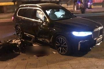 Lùi từ trong nhà ra, BMW X7 tông chết một thanh niên