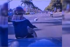 """Tạt đầu ô tô rồi phanh gấp, """"nữ ninja"""" bị hất văng xuống đường"""