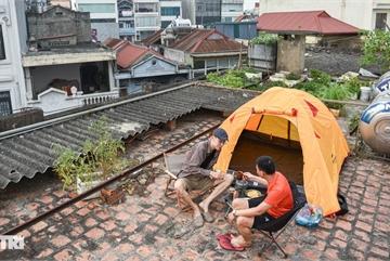 Thèm du lịch, giới trẻ đầu tư cắm trại tại gia: 'Chỉ ngắm nóc nhà vẫn vui'