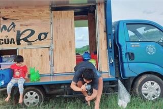 """Ông bố """"độ"""" ô tô thành quán cà phê di động, đưa vợ con du lịch khắp nơi"""