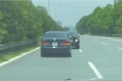 Hai ô tô so kè, chèn ép lẫn nhau hết sức nguy hiểm trên đường cao tốc