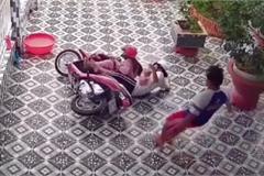 Người đi xe máy ngã sõng soài vì sân lát gạch hoa
