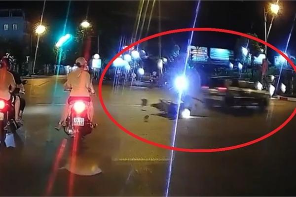 Phóng nhanh vượt đèn đỏ, ô tô tông văng người đi xe máy rồi bỏ chạy