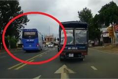 Đứng tim tình huống xe giường nằm vượt ẩu suýt gây tai nạn trên đường đông