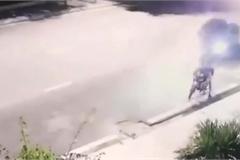 Thanh niên thoát chết đầy may mắn khi ô tô mất lái lao vút lên vỉa hè