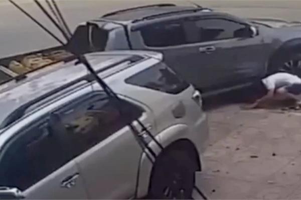 Em bé thoát nạn khó tin dưới gầm xe bán tải và bài học cho phụ huynh