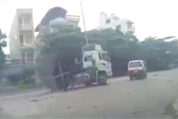 Tình huống ô tô đâm vào xe sang đường gây tranh cãi ai đúng, ai sai