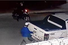 Táo tợn vụ trộm logo ô tô dù tài xế vẫn ngồi ngay bên trong xe