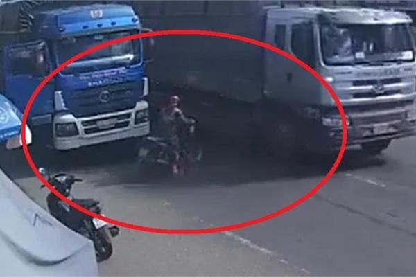 Lọt vào điểm mù xe tải, người phụ nữ đi xe máy thoát chết đầy may mắn