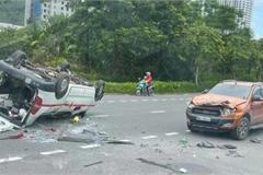 Tạt đầu xe container để vượt, xe cứu thương bị đâm lật ngửa giữa đường