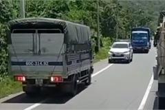 """Lấn làn khôn lỏi, ô tô tải """"câm nín"""" đi lùi khi gặp chiếc xe đặc biệt"""