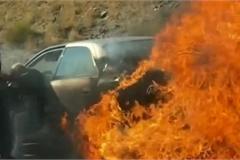 Thót tim khoảnh khắc cặp đôi được giải cứu khỏi chiếc xe bốc cháy ngùn ngụt