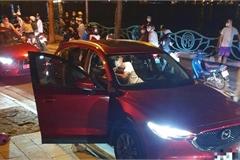 Công an giải tán vụ người phụ nữ chặn ô tô đánh ghen ở Hồ Tây