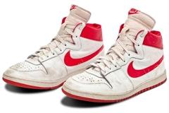 Ai chi 1,47 triệu USD mua đôi giày của huyền thoại bóng rổ Michael Jordan?