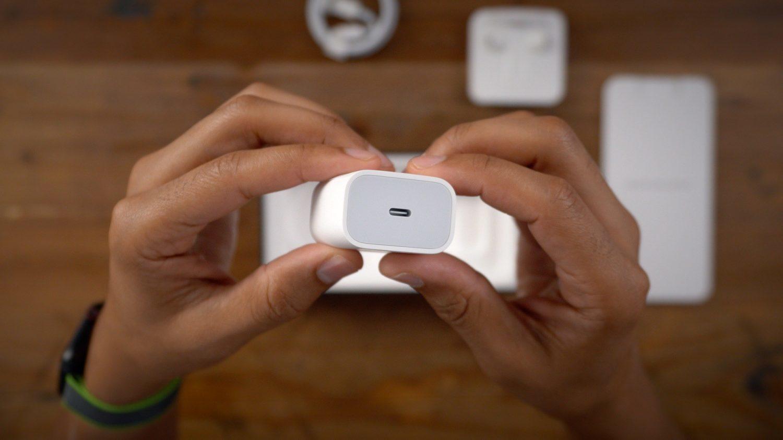 Mua iPhone 12 không được tặng củ sạc lẫn tai nghe