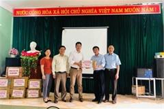 Liên chi hội Nhà báo TT&TT tặng sách cho học sinh ở Mèo Vạc