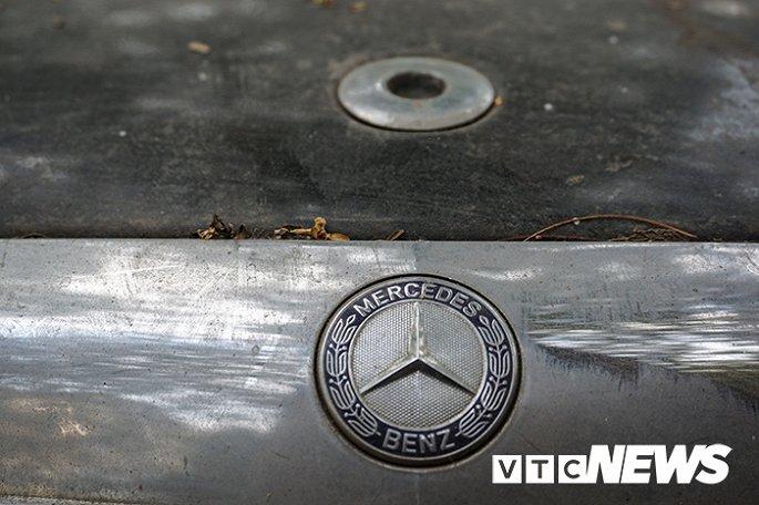 Xe sang Mercedes-Benz gan chuc ty dong bi bo hoang giua Ha Noi hinh anh 3