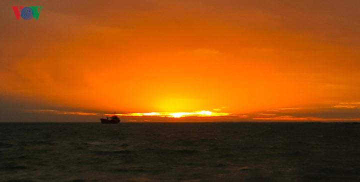 exploring stunning sunrise of phu quy island hinh 1