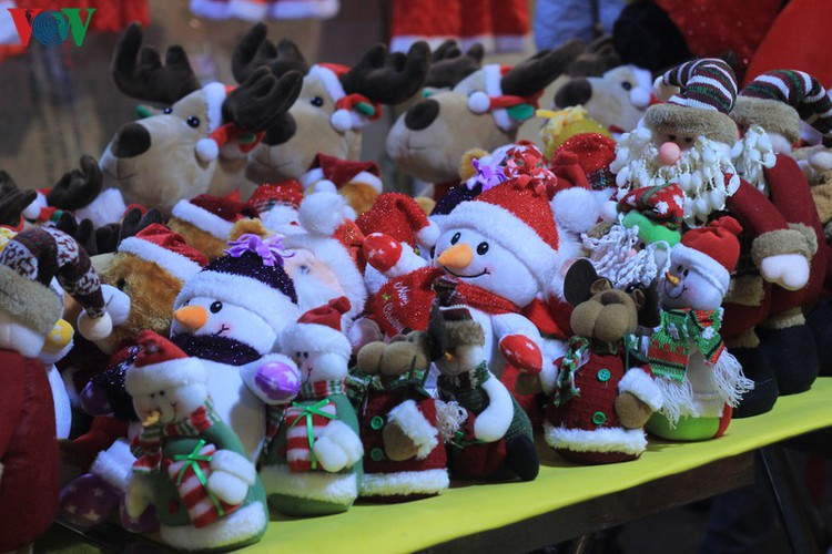 hanoi's streets lit up with array of festive christmas decorations hinh 10