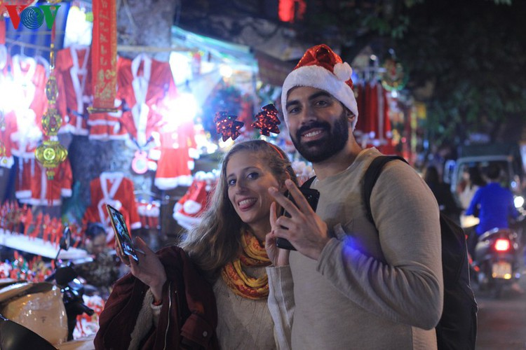 hanoi's streets lit up with array of festive christmas decorations hinh 11