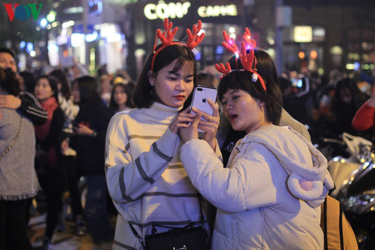 hanoi's streets lit up with array of festive christmas decorations hinh 2