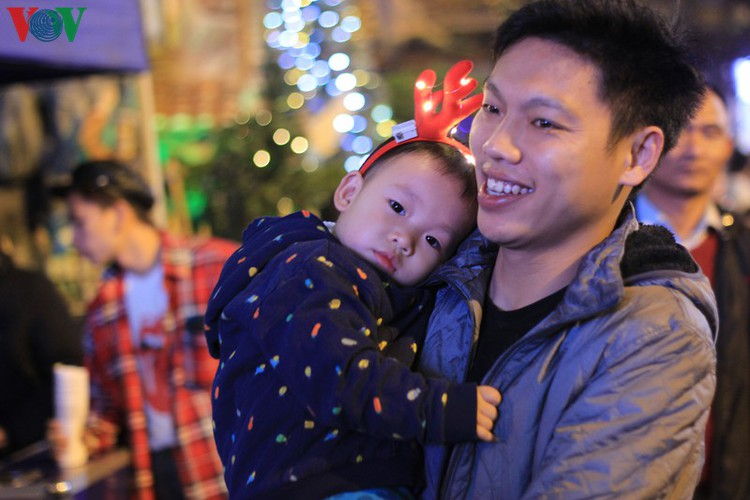 hanoi's streets lit up with array of festive christmas decorations hinh 3