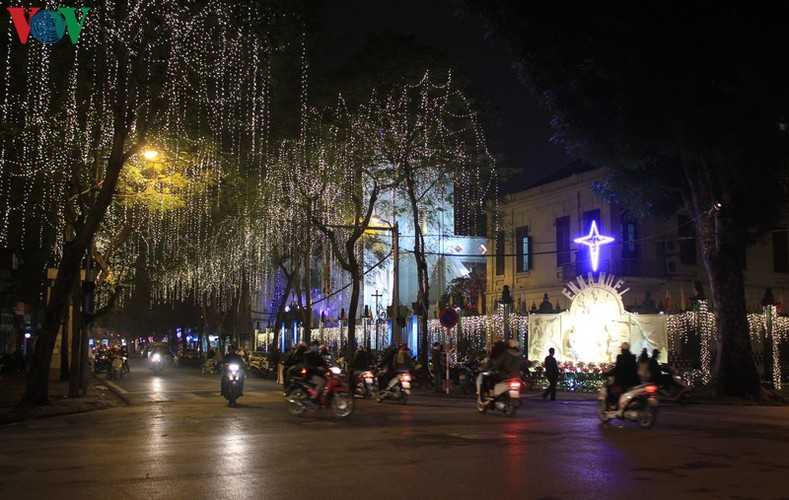 hanoi's streets lit up with array of festive christmas decorations hinh 6