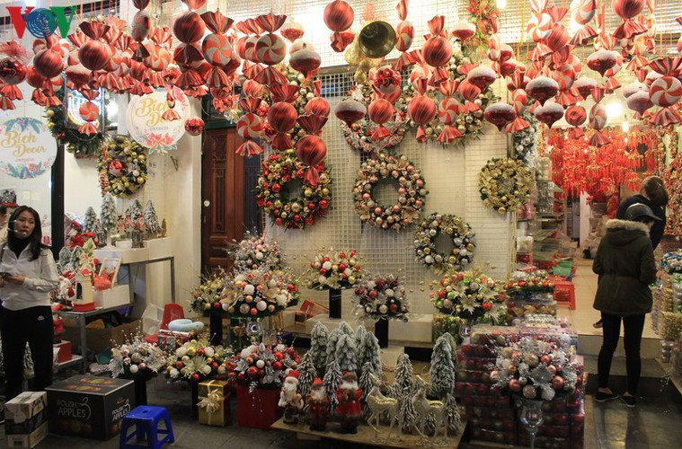 hanoi's streets lit up with array of festive christmas decorations hinh 9