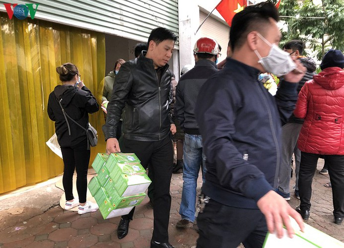 people queue up to buy medical masks at standard price hinh 12