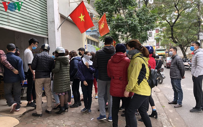 people queue up to buy medical masks at standard price hinh 1