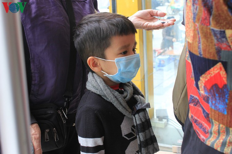 face masks in demand amongst hanoians to prevent spread of ncov hinh 10