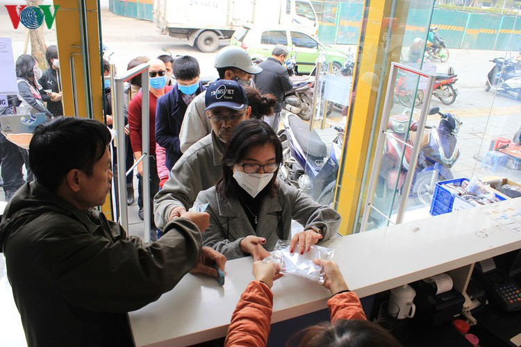 face masks in demand amongst hanoians to prevent spread of ncov hinh 11