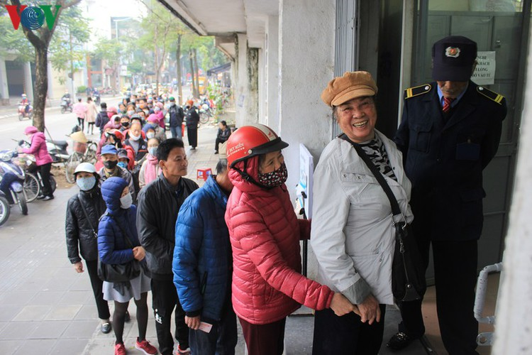 face masks in demand amongst hanoians to prevent spread of ncov hinh 2